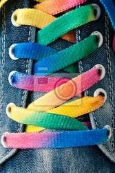 Plakat jasne kolorowe sznurowadła i sneakers