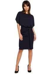 Granatowa sukienka przewiązana paskiem z nietoperzowym krótkim rękawem