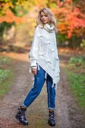 Ecru ciepłe poncho-sweter z frędzlami