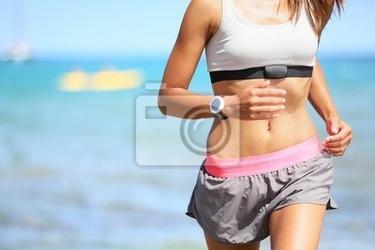 Obraz kobieta runner z monitorem pracy serca z systemem
