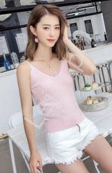 Jasno różowa koszulka z koronka na dekolcie 5326