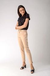 Beżowe klasyczne spodnie cygaretki z ozdobnym zapięciem