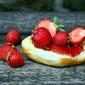 Fototapeta świeże truskawki na bułce fp 969