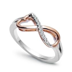 Staviori pierścionek. 9 diamentów, szlif brylantowy, masa 0,05 ct., barwa h, czystość si2. białe, różowe złoto 0,585. średnica korony ok. 7,2x16 mm. wysokość 3,7 mm.