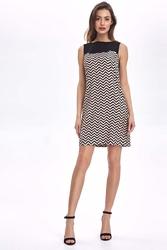 Krótka sukienka bez rękawów z graficznym wzorem - zygzak