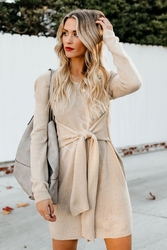 Sweterkowa sukienka beżowa z ozdobnym wiązaniem 049