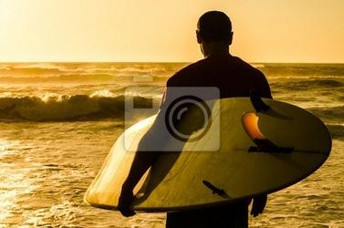 Plakat surfer obserwując fale