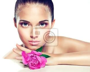 Fototapeta portret piękno. piękna dziewczyna spa z kwiatu piwonii