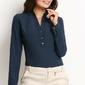 Granatowa stylowa koszula z guzikami przy dekolcie