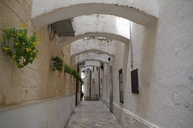 Fototapeta na ścianę wąska bielona uliczka fp 4774