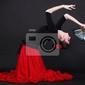 Obraz atrakcyjna młoda kobieta hiszpański taniec flamenco na czarnym backg