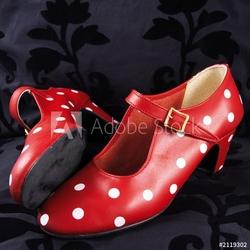 Board z aluminiowym obramowaniem dwa czerwone buty do tańca flamenco z białymi kropkami
