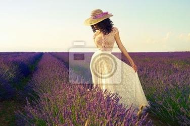 Obraz romantyczna kobieta w pola lawendy bajki
