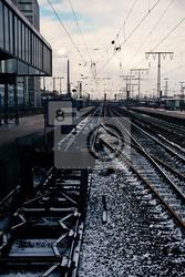 Plakat tory kolejowe mijając stację