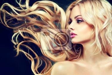 Fototapeta piękny model z latania długie blond włosy.