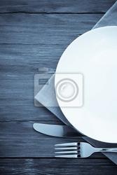Fototapeta biały talerz, nóż i widelec na drewnie