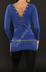 Chabrowy sweter damski z dekoltem typu woda, zdobiony złotym łańcuszkiem na plecach
