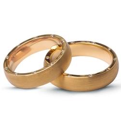Staviori obrączka. 20 diamentów, szlif brylantowy, masa 0,14 ct., barwa g-h, czystość si1. żółte złoto 0,750. szerokość 5 mm. grubość 1,5 mm.  cena i masa kamieni dla rozmiaru 23. dostępne inne kolory złota.