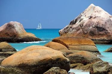 Fototapeta mały statek wśród skał fp 1425