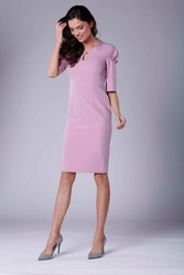 Różowa elegancka dopasowana sukienka z drapowaniem na rękawie