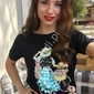 Czarna koszulka z pięknym wzorem zdobionym kryształkami i cekinami