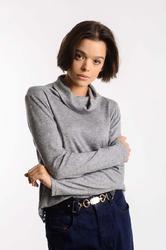Szary sweter z lejącym golfem