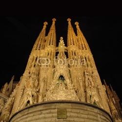 Plakat na papierze fotorealistycznym sagrada familia w nocy barcelona, hiszpania