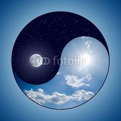 Plakat na papierze fotorealistycznym Zmodyfikowany symbol yin u0026 yang - słoneczny dzień kontra księżyc nocą