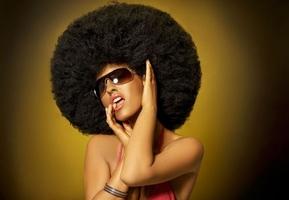 Kobieta z mega afro - fototapeta 366x254 cm