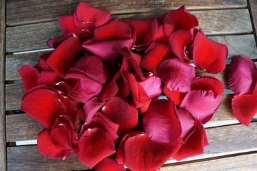 Fototapeta na ścianę płatki róż na drewnie fp 692