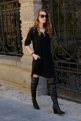Czarna dresowa sukienka z ozdobną taśmą
