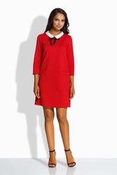 Czerwona kobieca sukienka z białym kołnierzykiem