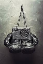 Plakat stare rękawice bokserskie powiesić na gwoździu