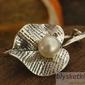 Lilia - srebrna broszka z perłą