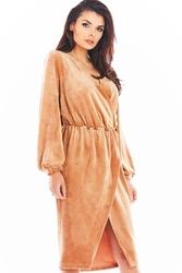 Beżowa welurowa sukienka zakładana kopertowo