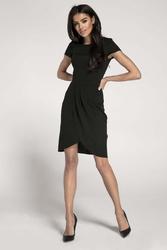 Czarna sukienka z krótkim rękawem i kopertowym dołem