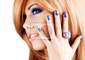 Obraz portret pięknej kobiety z niebieskie paznokcie, makijaż niebieski
