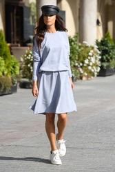 Sukienka dzianinowa o luźnym kroju z guzikam - jasnoszara