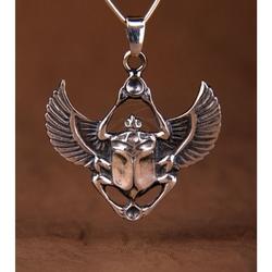 Skarabeusz z opiekuńczymi skrzydłami