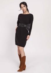 Prosta czarna sukienka z dzianiny swetrowej