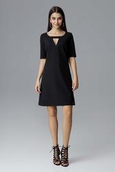 Czarna prosta sukienka z dekoracyjnym wycięciem przy dekolcie