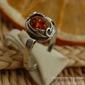 Ines - srebrny pierścionek z bursztynem