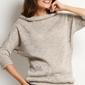 Beżowy sweter z wywijanym niskim golfem