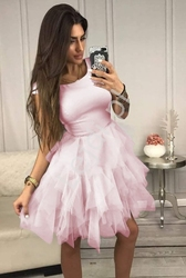 Krótka różowa sukienka z białymi tiulowymi falbanami sandra