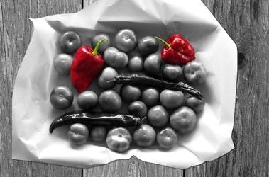 Fototapeta czerwona papryka na tle czarnobiałych warzyw fp 882