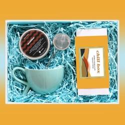 Zestaw prezentowy na wyjątkową okazję chillbox trochę kawy i herbaty. zestaw 20 herbat różnego rodzaju i smaku 20x 58g, kawa ziarnista malibu 200g, stylowy kubek i poręczny zaparzacz