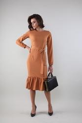 Lekka dopasowana sukienka midi z falbanką - karmelowa