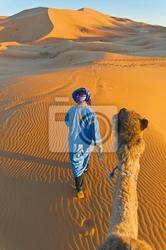 Obraz berber spaceru z wielbłąda na erg chebbi, maroko