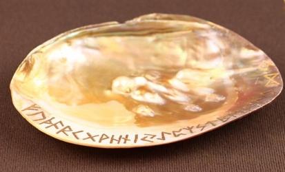Szamańska muszla do spalania ziół z grawerowanymi runami złotymi
