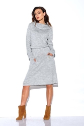 Jasnoszara swetrowa sukienka z golfem i kieszeniami